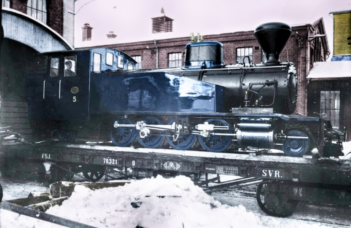 HKR 5 steam locomotive in a post-colored manufacturer's picture in Tampere loaded on a VR wagon, with which it was transported to Hyvinkää.